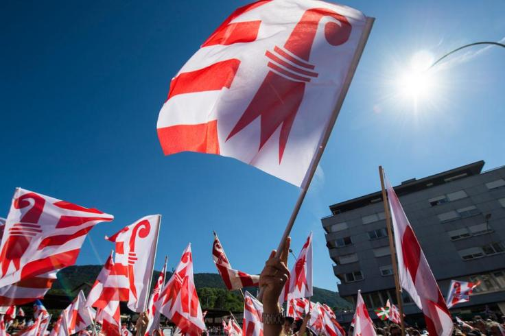Wehende Flaggen des Kanton Jura.